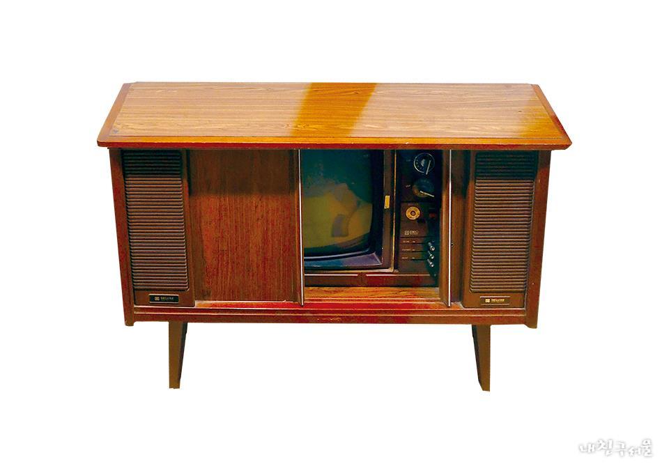 미닫이문을 열면 브라운관 TV가 나오는 '자바라 TV'