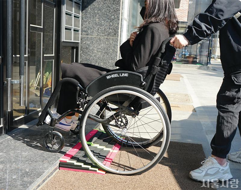 장애인 이동 편의 위한 이동식 경사로 지원