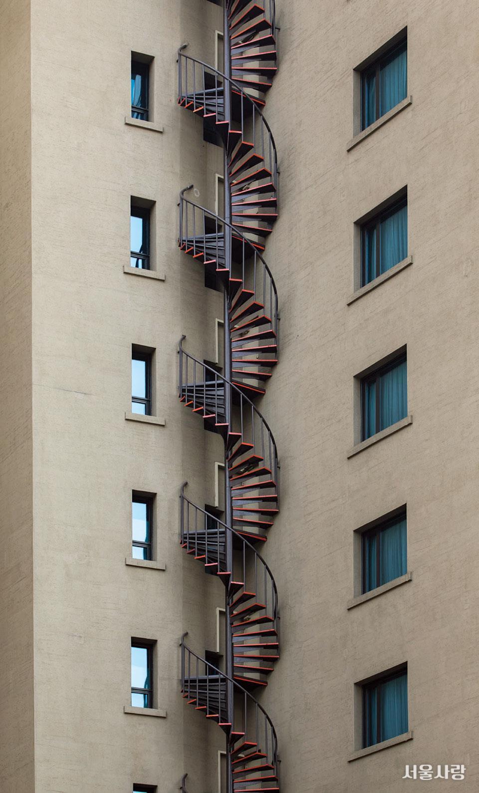 시청에서 광화문으로 가는 길에 만난 철제 나선형 계단.