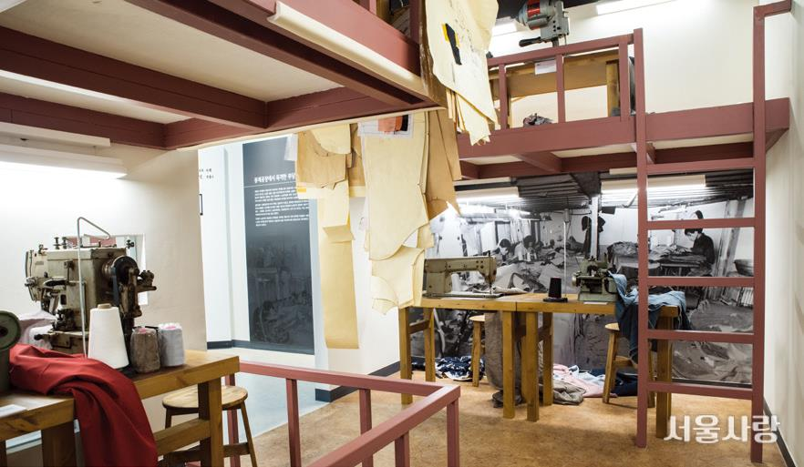 전태일기념관에 재현된 당시 봉제 공장 다락방 모습.