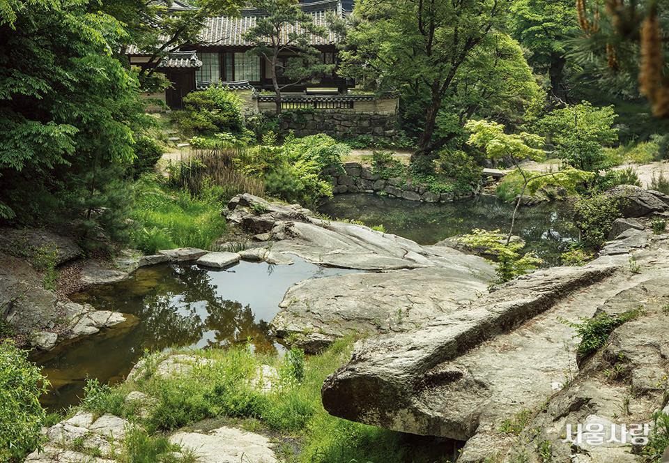 북악산 맑은 물이 영벽지를 타고 흐르는 내원 풍경.