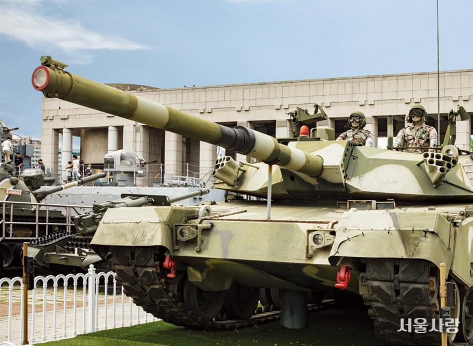 옥외 전시장에 자리한 K-1 전차.