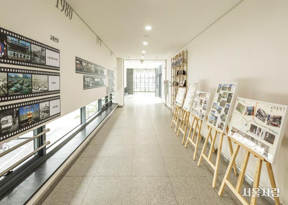 서울기록원 복도를 장식한 서울의 다양한 기록물들
