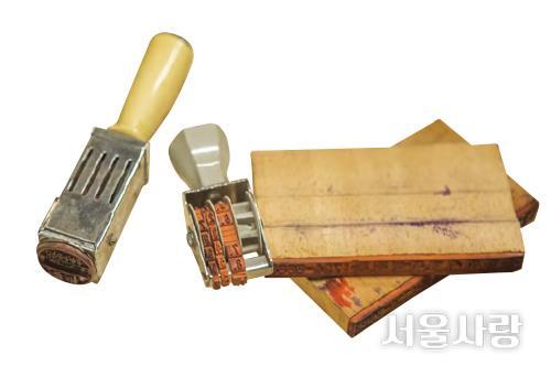 목동지구개발사업소 건축공사과에서 사용했을 것으로 추정하는 결재 도장들.