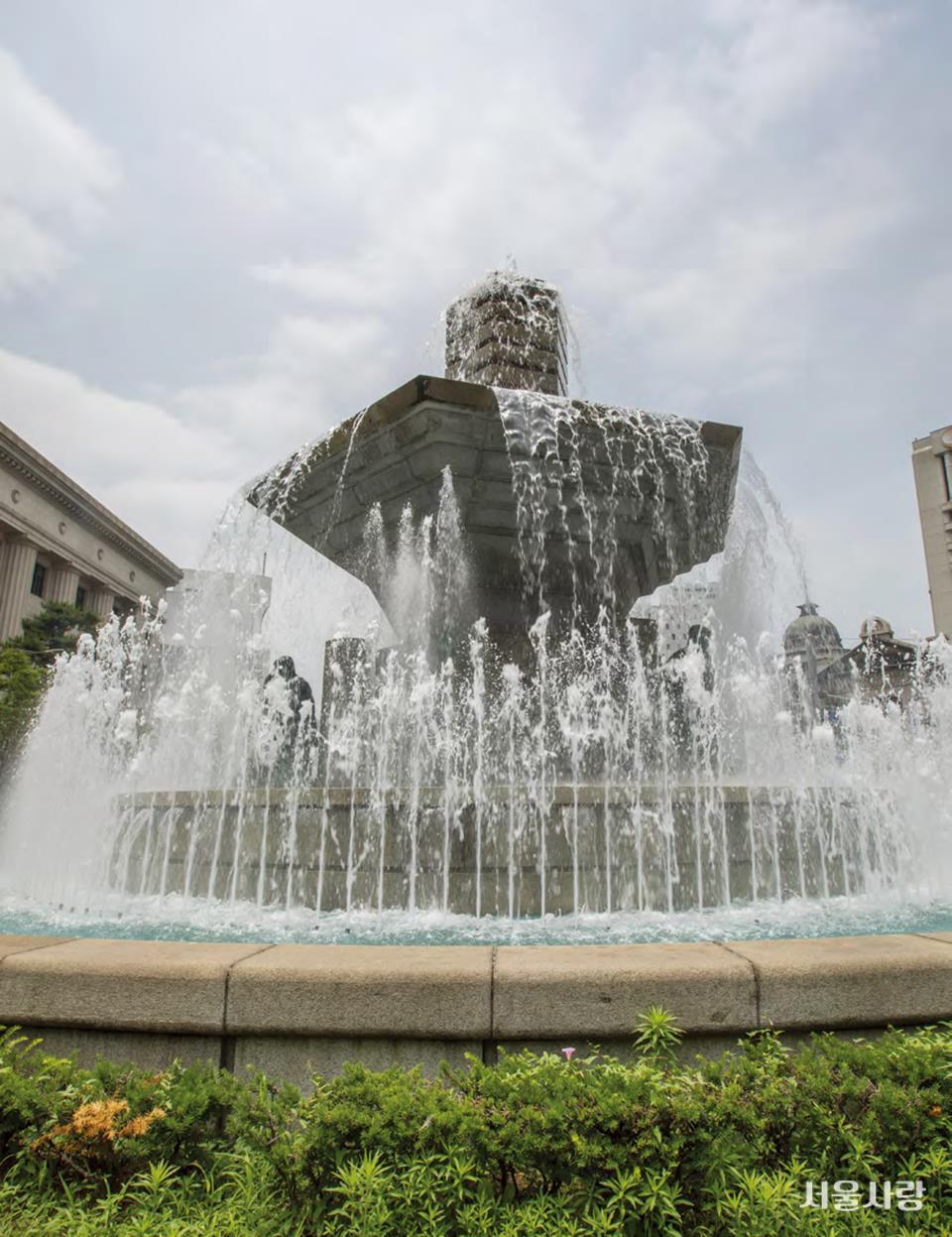 한국은행 앞의 분수광장.