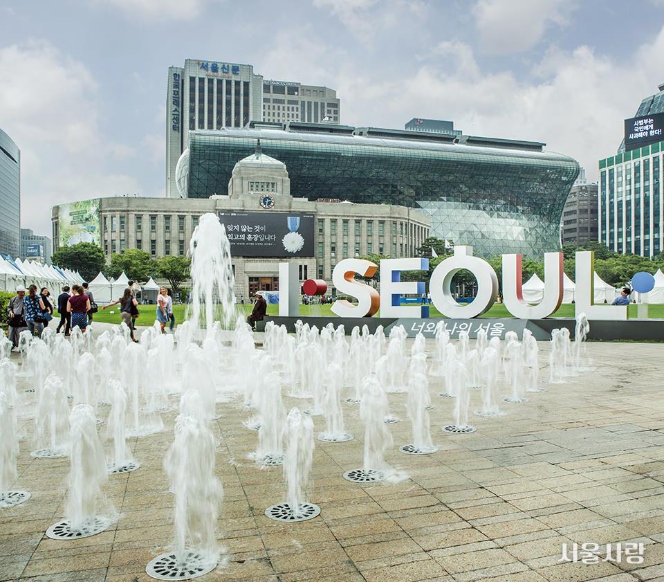 서울 시민들의 큰 인기를 누리고 있는 서울광장 바닥분수.