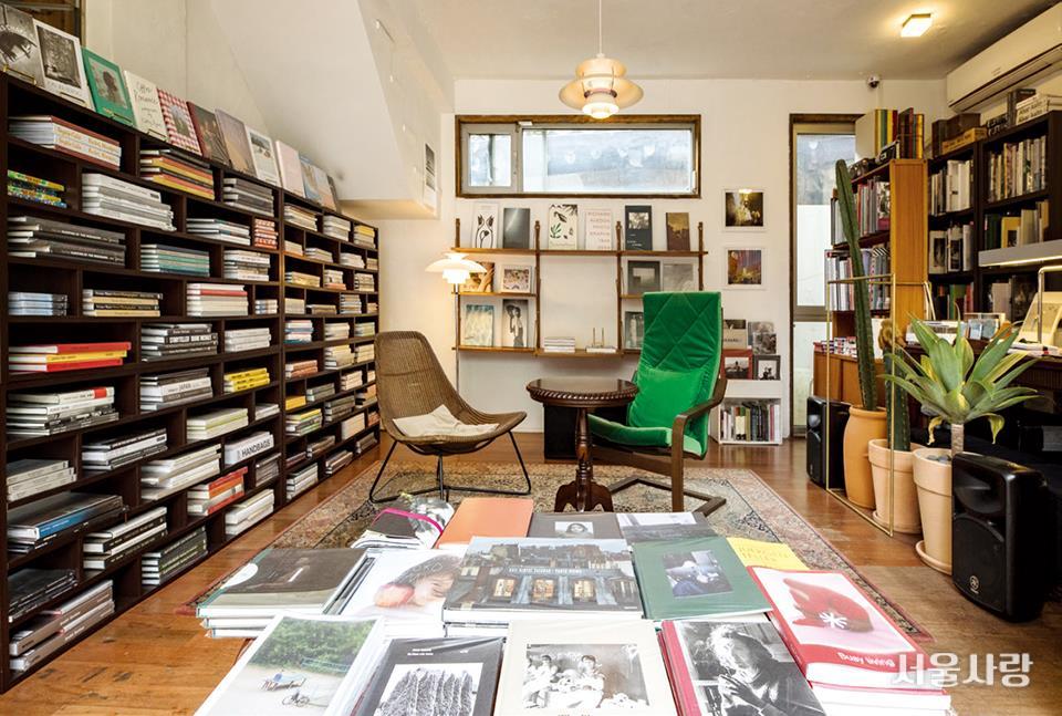 포토그래퍼가 운영하는 사진 책방 '이라선'은 작은 공간 안에 테이블 하나와 의 자 두 개가 전부라 조용하게 사진집을 감상하는 데 제격이다.