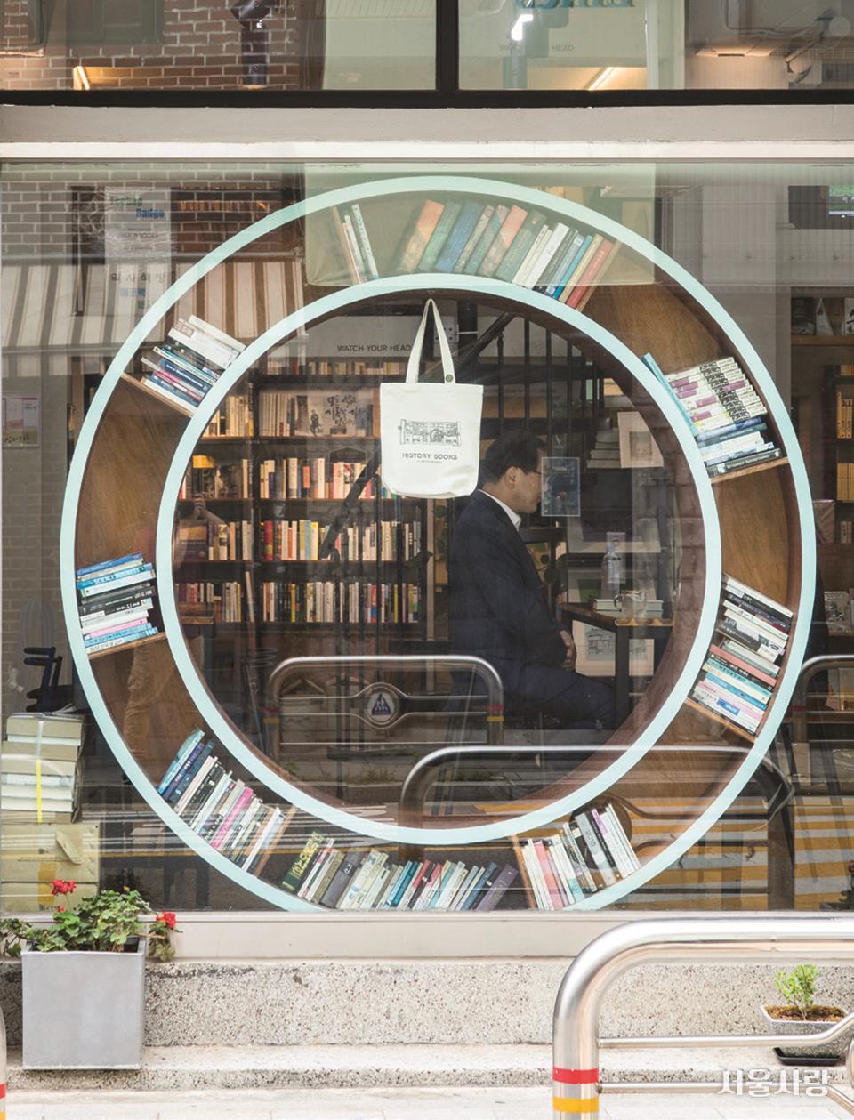 서울형책방인 '역사책방'은 역사 위주의 책들을 선별해 제안하며, 저자와의 만남 역시 역사책이 주를 이룬다