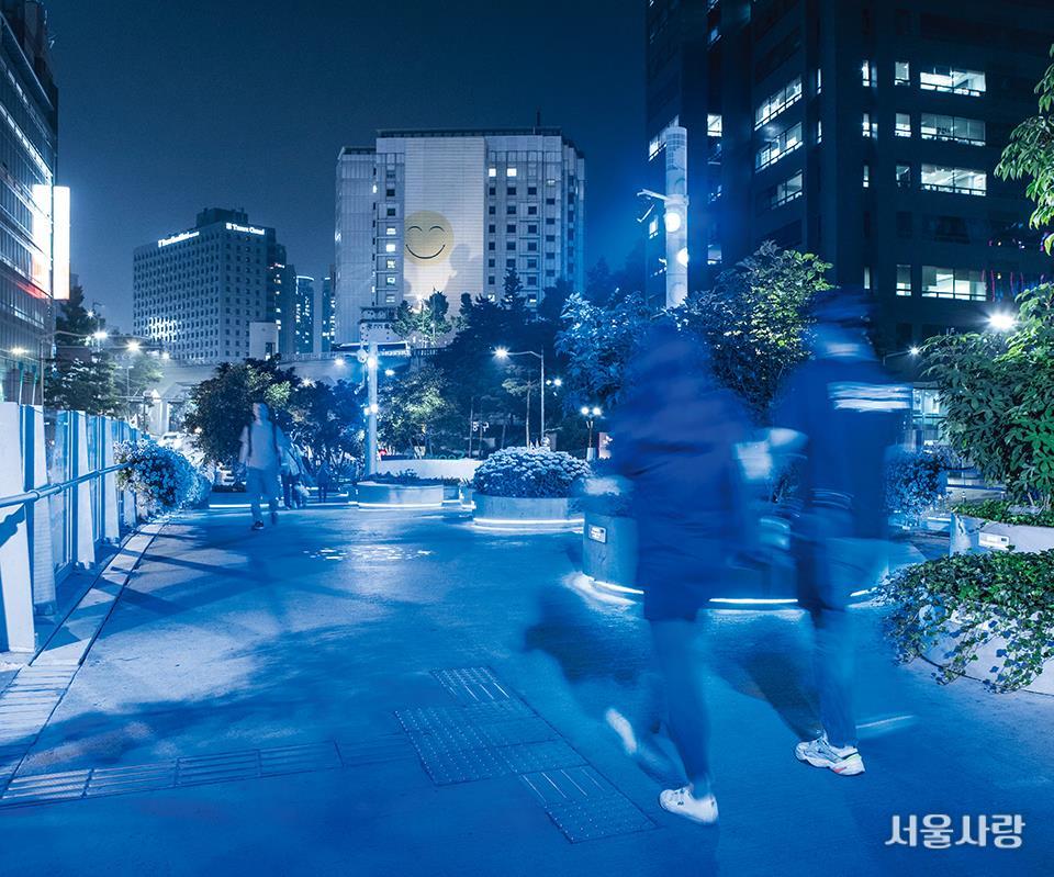 해가 지면 우주 도시의 보행로처럼 변신하는 서울로7017.