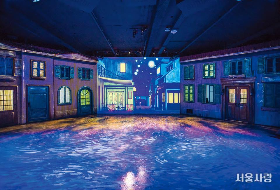 고흐가 사랑했던 아름다운 파란색 빛의 향연이 펼쳐지는 전시 <라뜰리에-명화 속 19세기 프랑스를 깨우다>.