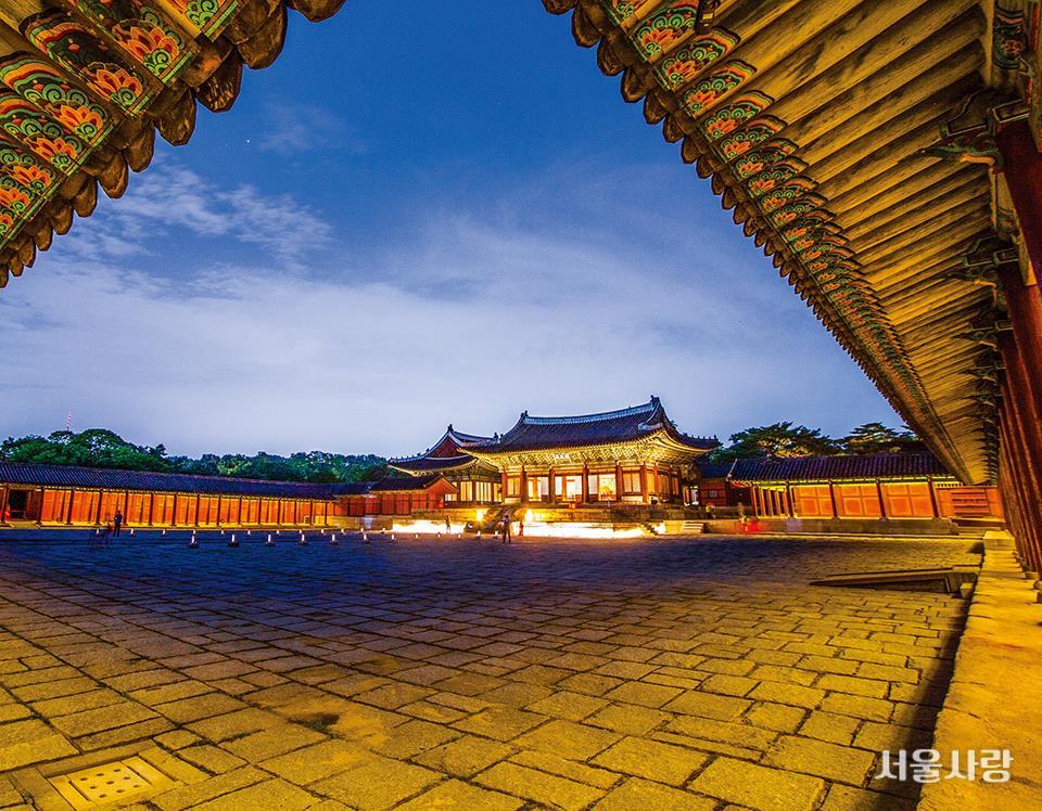 달빛 품은 궁궐의 밤