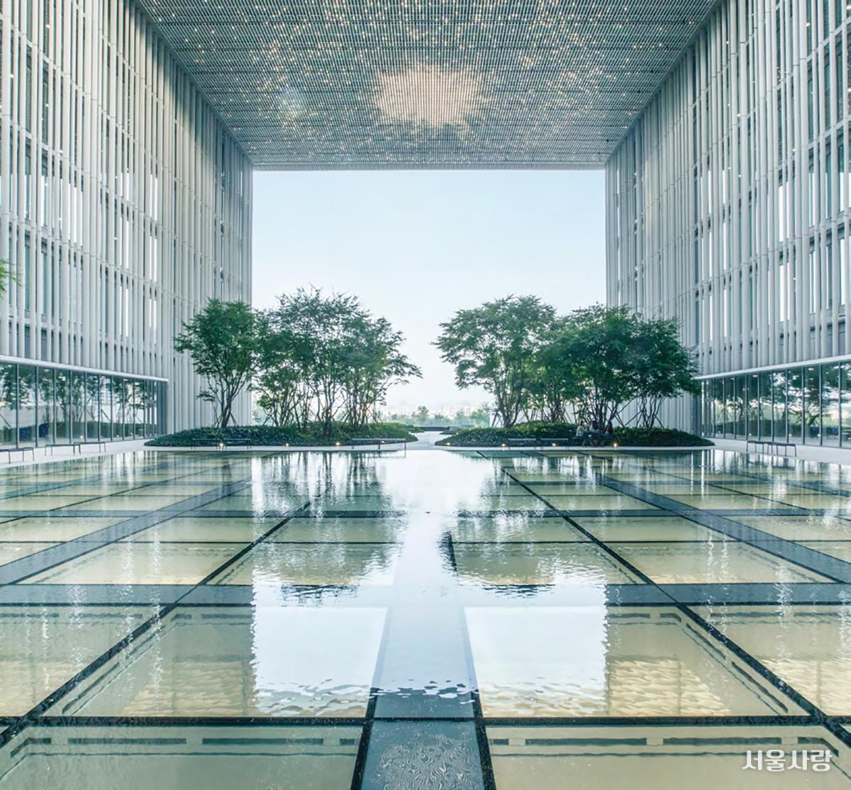 (위, 아래) 건축물 자체가 예술 작품이 될 수 있다는 공식을 보여준 아모레퍼시픽 본사.