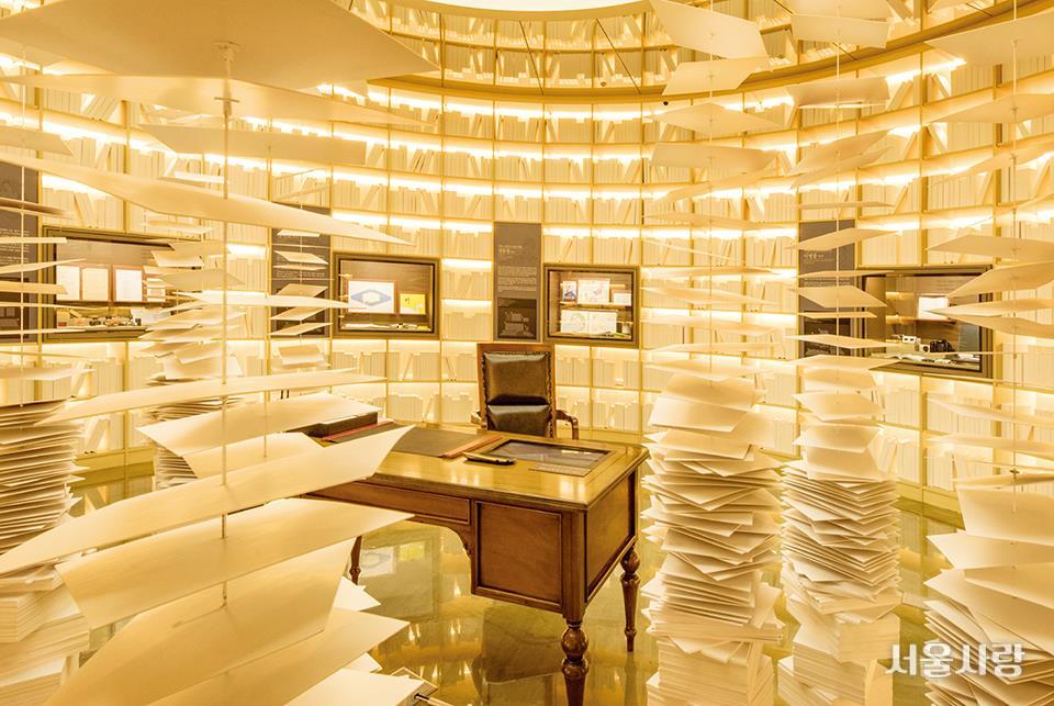작가의 애장품이 전시된 송파구의 책박물관 상설전시실.