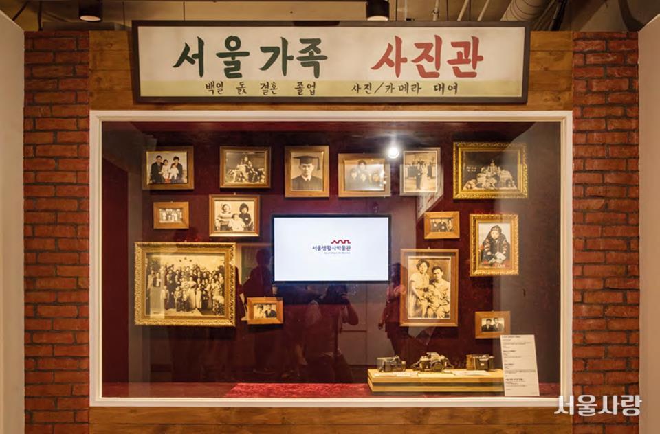 서울생활사박물관의 인기 포토 존인 서울가족 사진관과 시민 레코드·비디오 가판.