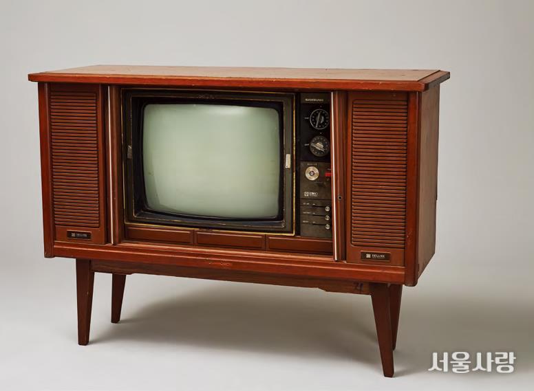 미닫이문을 열면 브라운관 TV가 나오는 일명 '자바라 TV'.