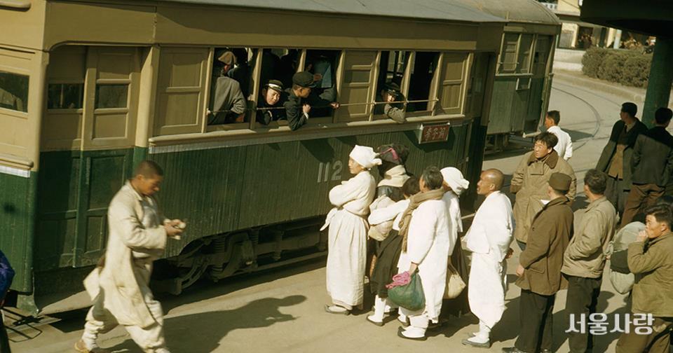1948년 무렵 세종로 전차 정차역 풍경. ⓒ Maynard Owen Williams ⓐ [내셔널 지오그래픽] 라이브러리