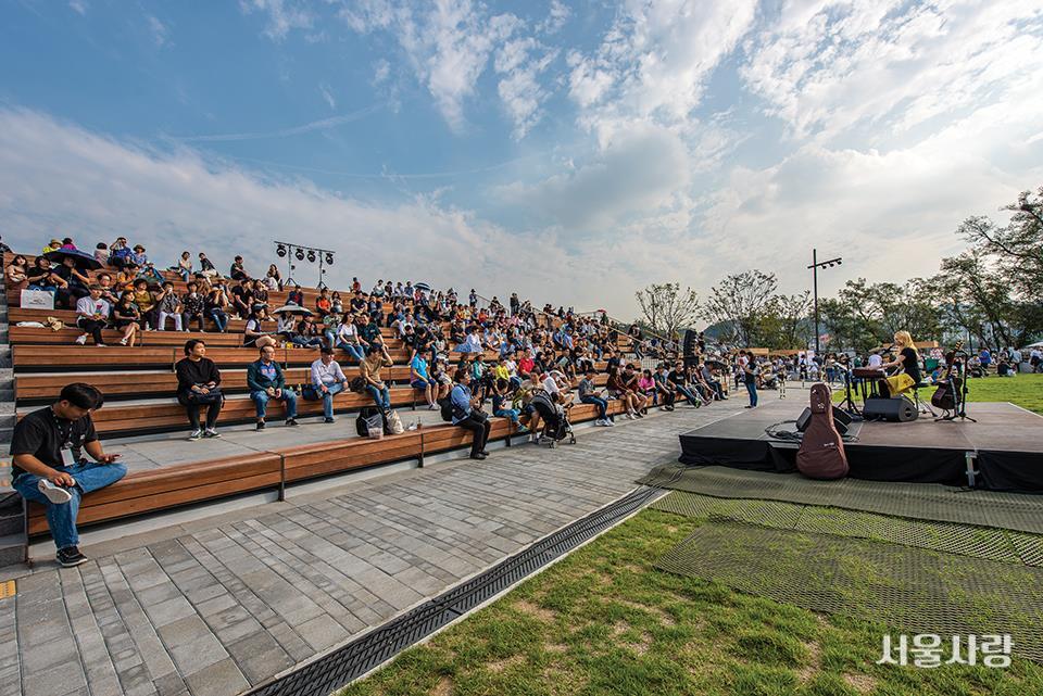 노들섬 개장 행사 때 시민들에게 공개된 노들마당에서 펼쳐진 음악 공연.