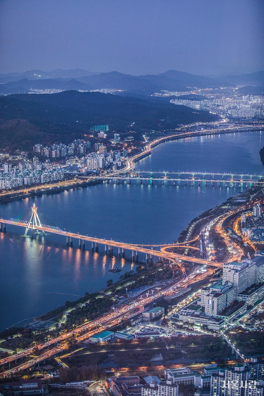 올림픽대교와 천호대교, 올림픽대로와 강변북로의 차량 행렬이 장관을 이루는 한강.