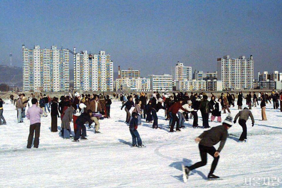 1970년대, 한강에서 스케이트를 즐기는 사람들