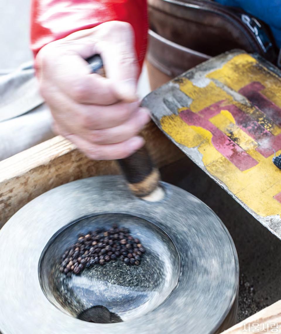 즉석에서 갈아주는 후추와 삶은 옥수수를 만날 수 있는 청량리시장