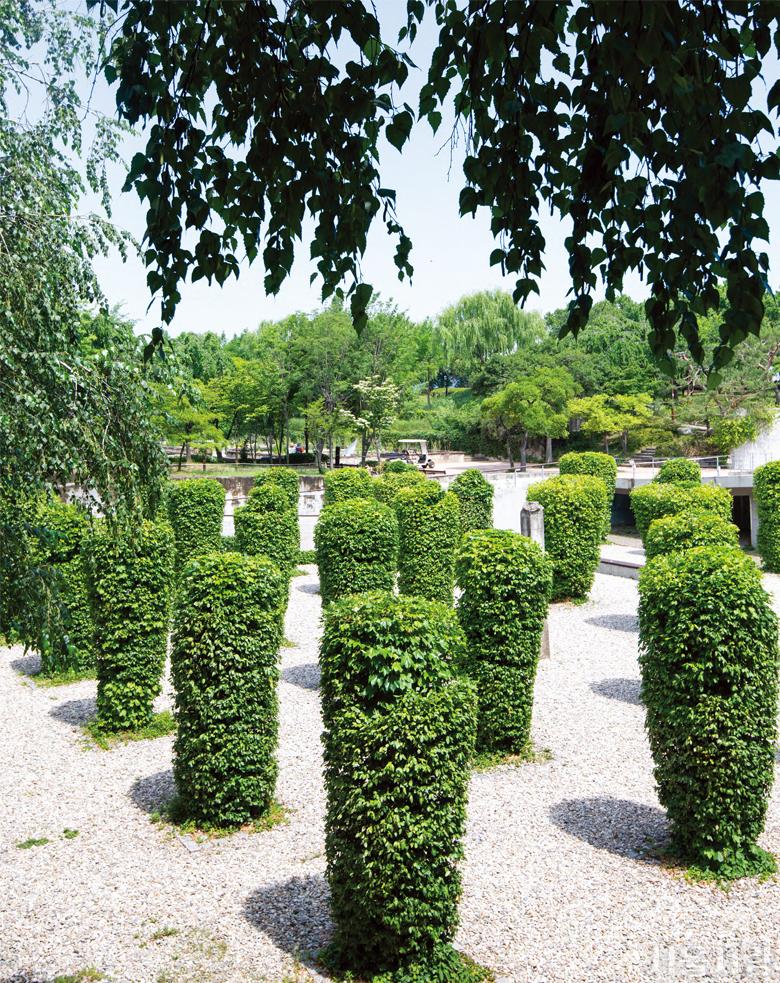 사색과 휴식을 위한 선유도공원 내 녹색 기둥의 정원.