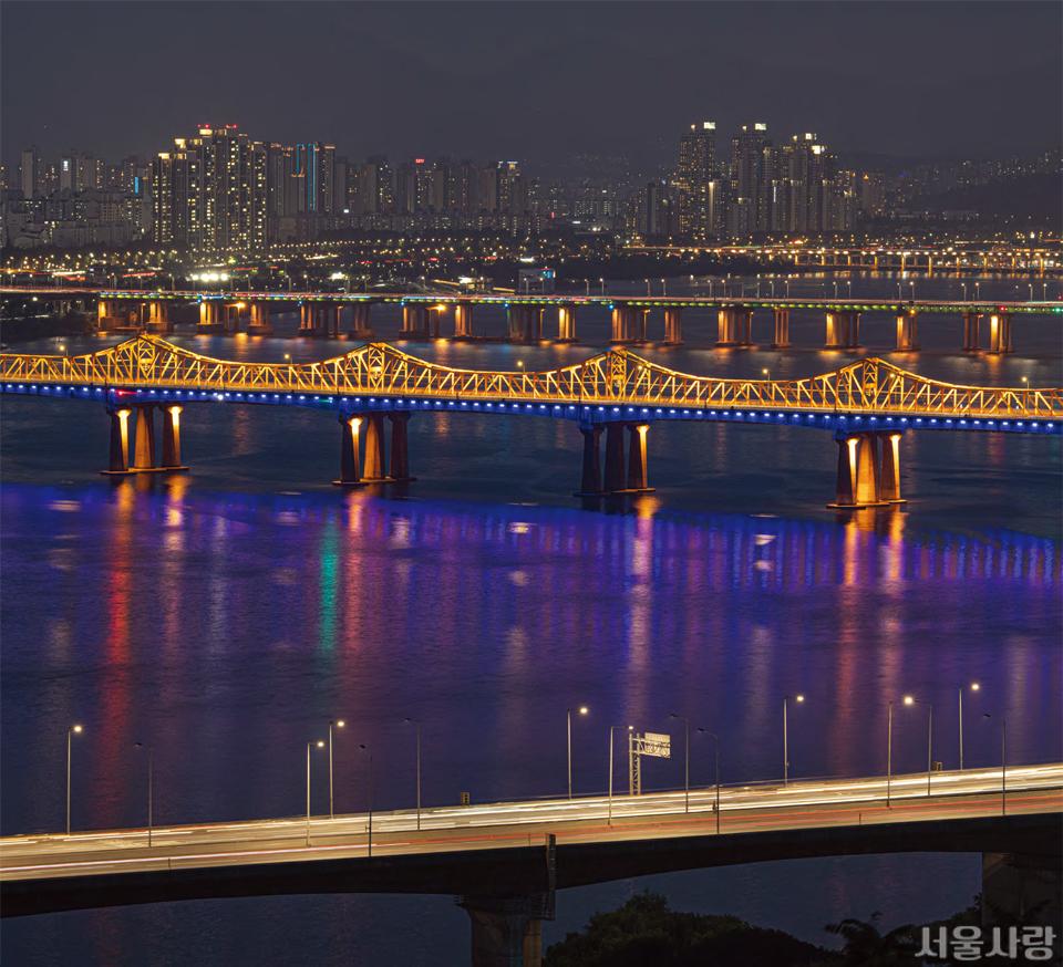 야간 조명을 밝힌 동호대교는 지하철과 차량, 사람이 모두 통행할 수 있는 복합 교량이다.