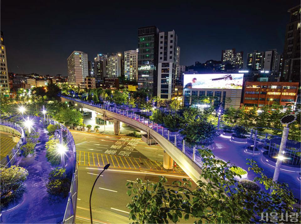 푸른빛과 음악으로 아름다운 여름밤 보행길을 만들어내는 서울로7017.