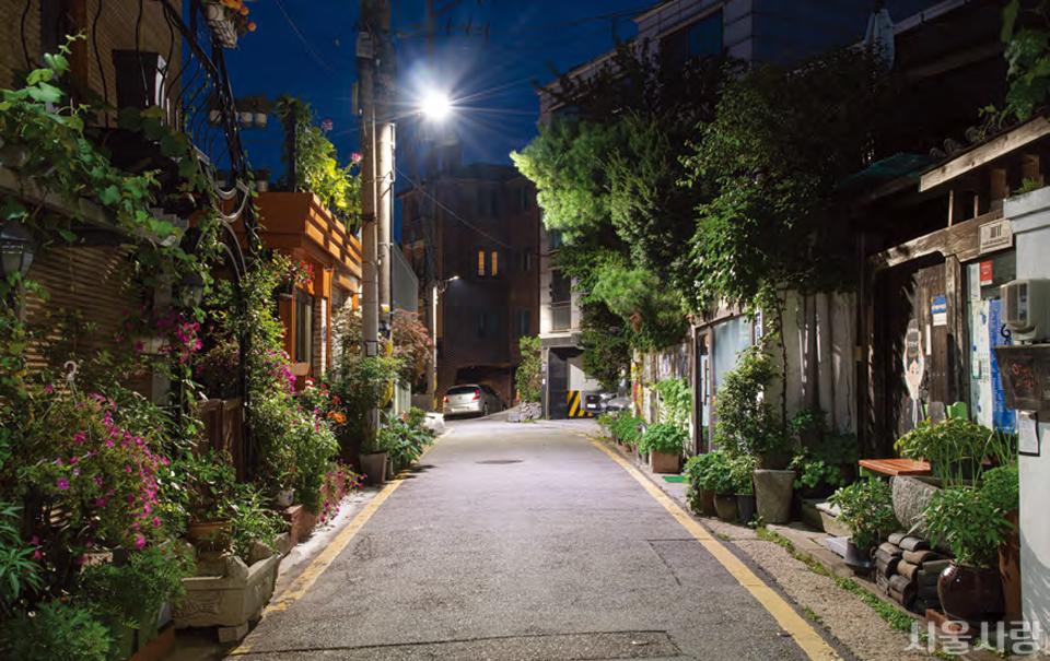 초록 골목 정원으로 변화한 삼청동 골목길.