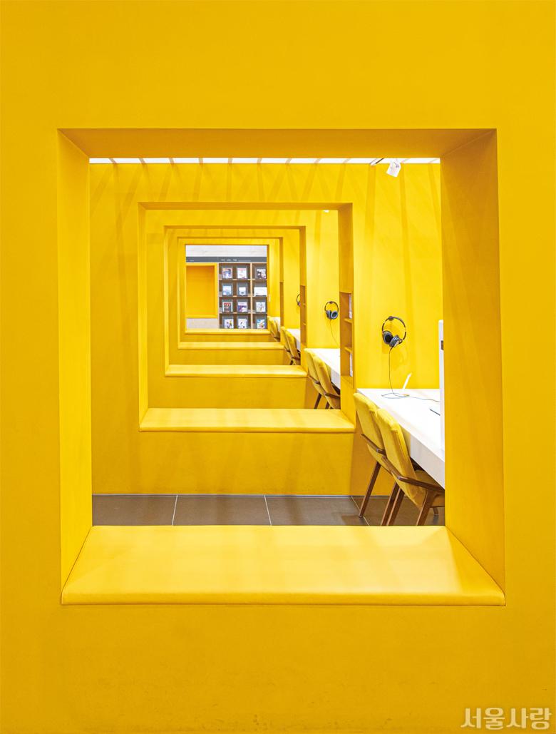 책에서 영감을 받은 노란색의 박스 구조가 인상적인 송파책박물관의 미디어 라이브러리.