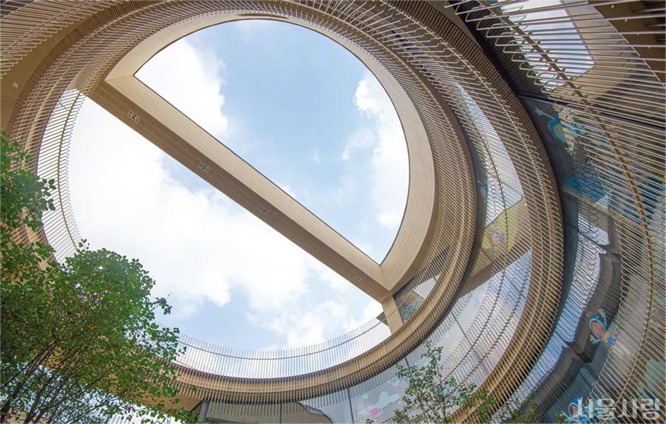 브릭웰 - 1층부터 4층까지 중앙부가 뚫려 있는 브릭웰은 오래된 백송터와 연결되어 누구나 중정을 관람할 수 있고, 내부에서는 2021년 3월 14일까지 유미의 세포들 특별전이 열린다.