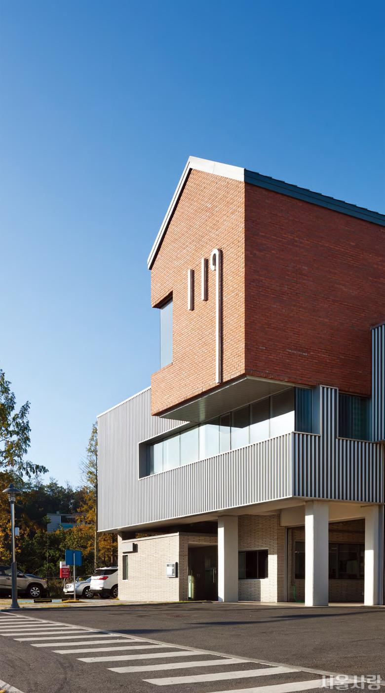 세곡119안전센터 - 소방서의 전형을 탈피해 디자인한 붉은 벽돌 건물과 소방 호스가 연상되는 회색 외벽이 특징이다.