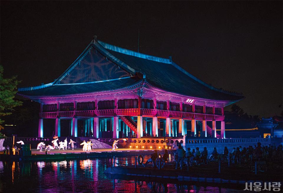 2020 궁중문화축전에서 큰 사랑을 받은 <경회루 판타지-궁중연화(宮中蓮花)> 공연이 열리는 경회루 야경.