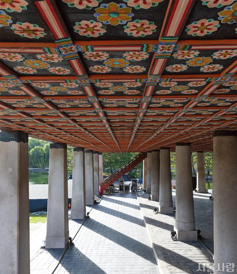 48개의 기둥과 맞닿은 경복궁 경회루의 화려한 단청 문양.