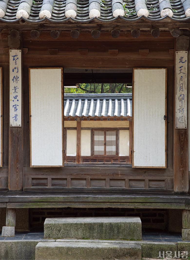 창덕궁 후원에 자리한 연경당은 궁궐의 전각이면서도 단청을 입히지 않은 소박함으로 가을의 정취를 더한다.