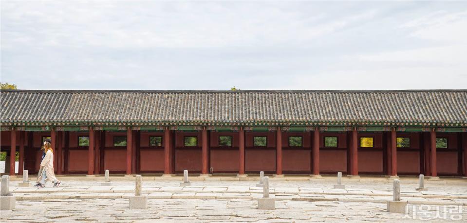 조선의 법궁인 경복궁 근정전을 감싸고 있는 행각.