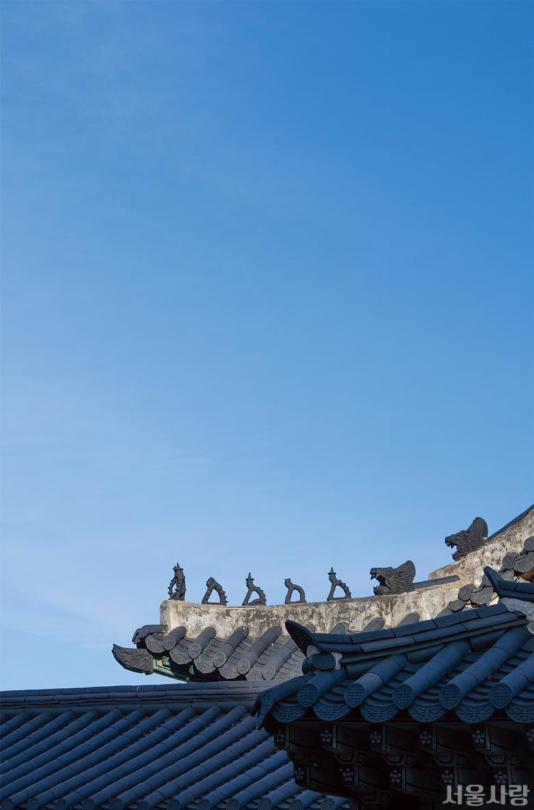 추녀마루를 차지하고 있는 토우 잡상들은 궁궐과 왕실 관련 건물에서만 볼 수 있다.