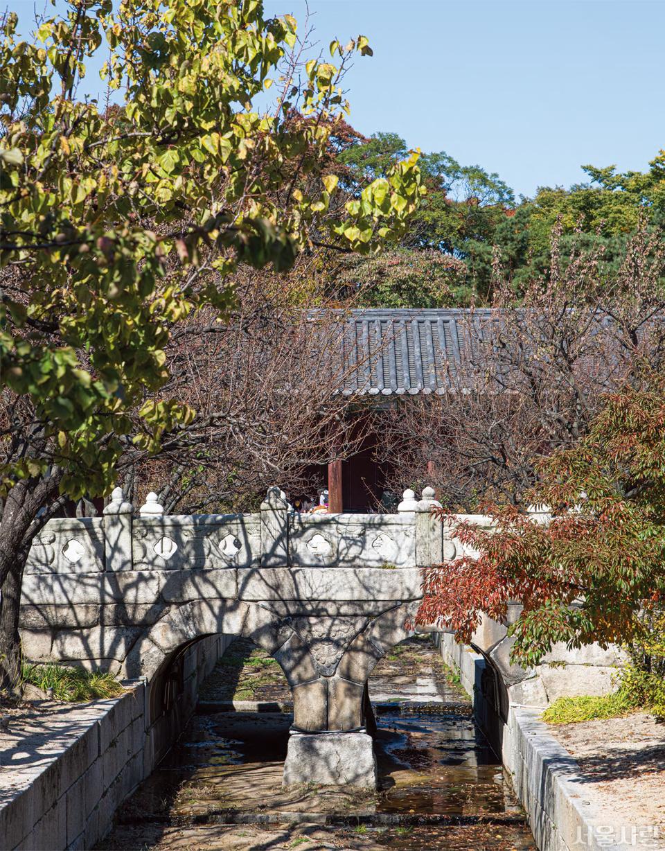 보물로 지정된 창경궁 옥천교는 홍예 2개를 이어 붙인 아치 형태다.