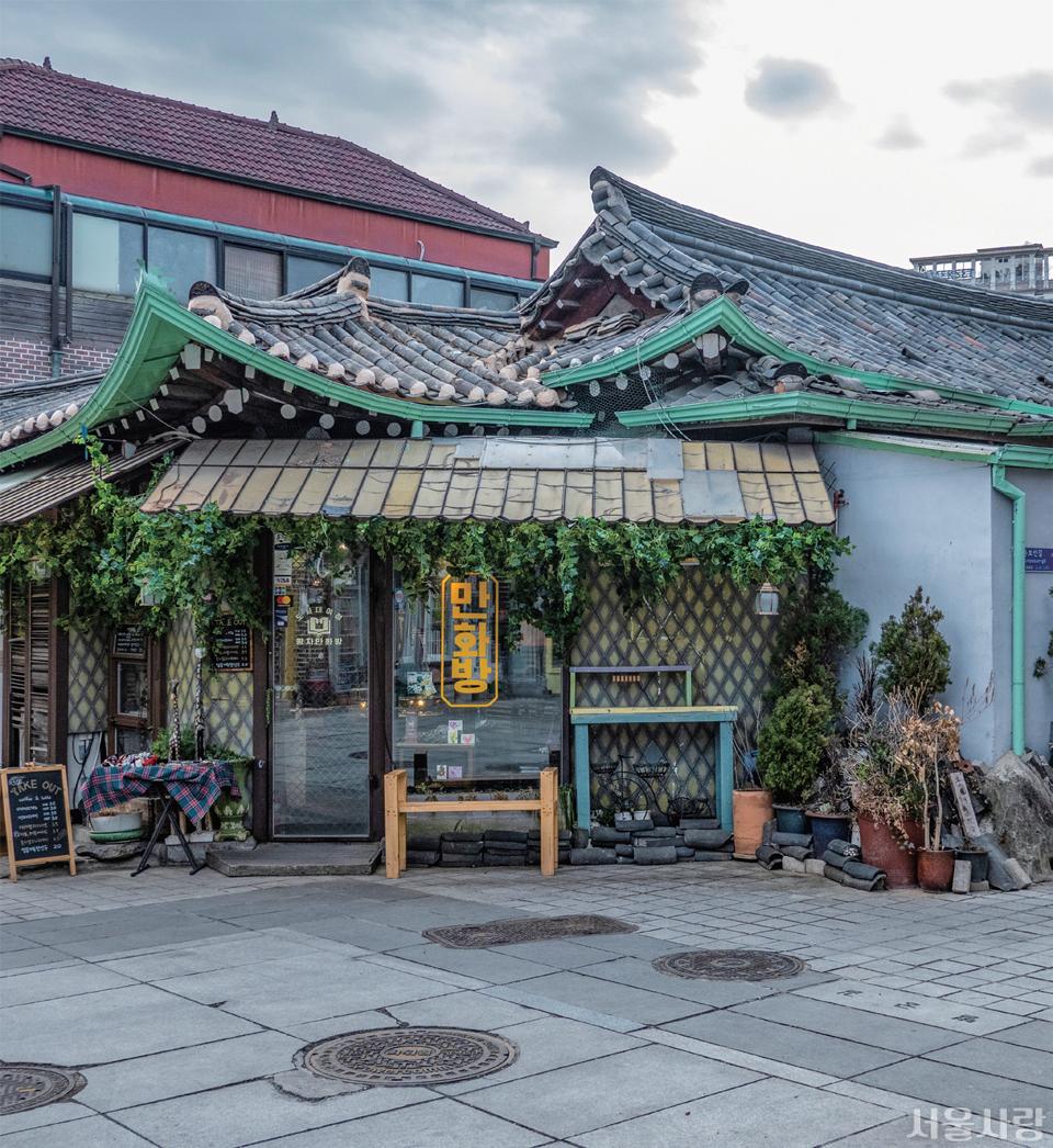 기와와 함석지붕이 조화로운 소품 가게.