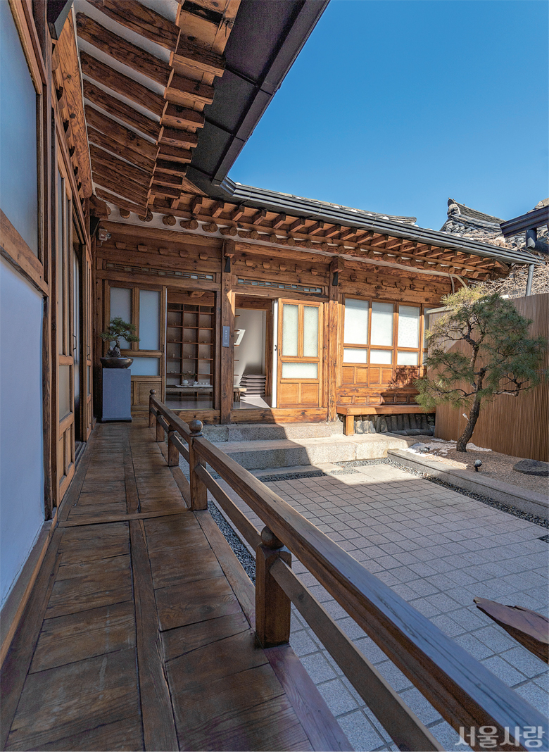 서울 스테이로 지정된 '디귿집'에서는 고즈넉한 한옥을 체험할 수 있다.