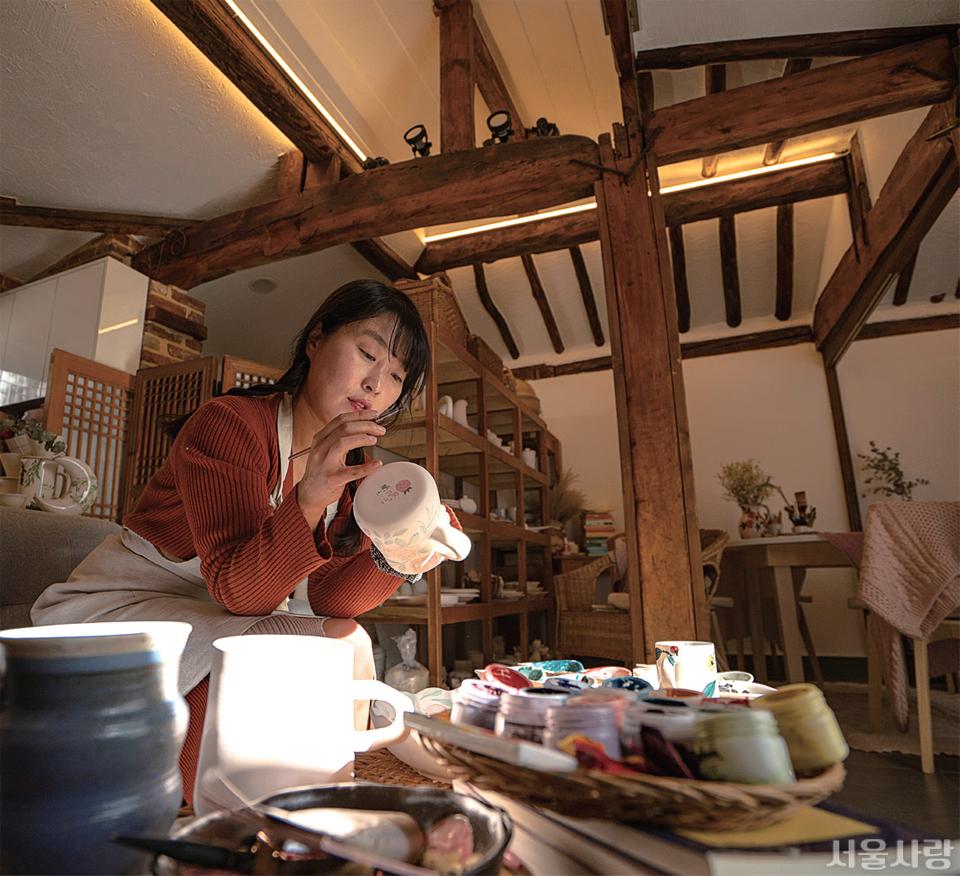 도자기에 나만의 그림을 그릴 수 있는 북촌 '그리다널 도자기 그림 공방'.