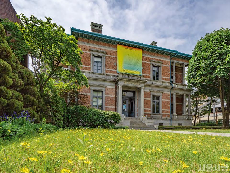 소담스러운 마당 정원을 지나면 과거 아름다웠던 순간들이 그대로 남아 있는 특별한 공간과 그곳을 채운 작품을 만날 수 있는 남서울미술관.