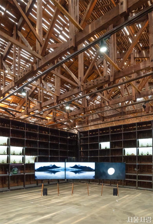 오래된 시약 창고를 리모델링한 SeMA 창고에서는 공간의 형태를 그대로 활용한 현대미술 전시 <그라운드 X>가 진행되었다.