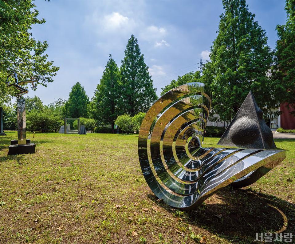 난지미술창작스튜디오 야외 조각공원에서는 20개의 전시 작품을 상시 관람할 수 있다.