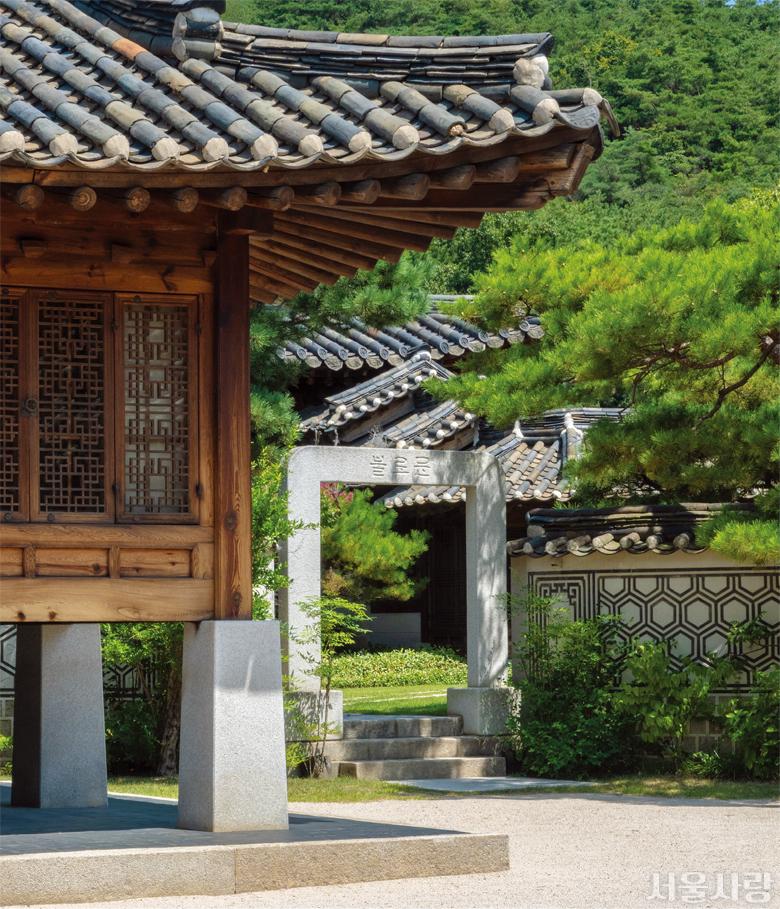 계절의 아름다움을 한껏 뽐내는 한국가구박물관의 불로문