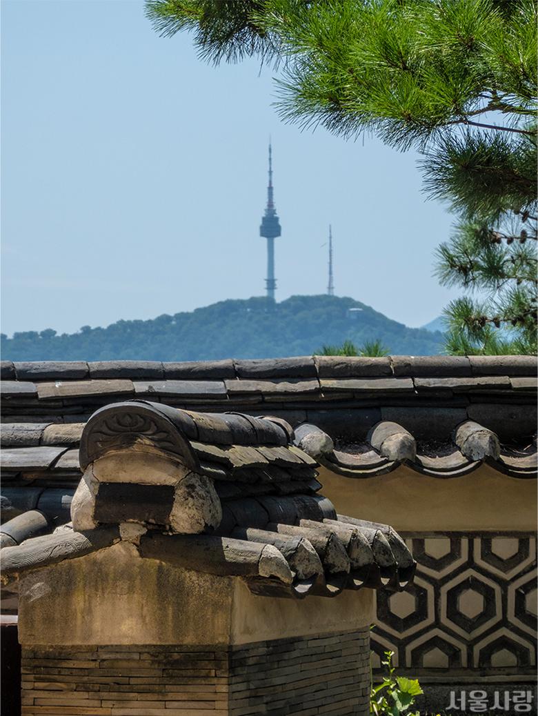 한국가구박물관에 재현한 오래된 기와 담벼락